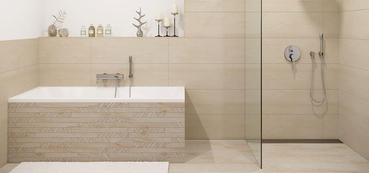 Bodengleiche Dusche mit Glastrennwand, Badewanne und moderne Fliesen